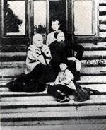 В.М. Васнецов на веранде своего дома с женой и детьми Владимиром, Михаилом, Алексеем и Татьяной. 1897 г.
