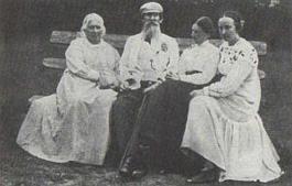 В. М. Васнецов с женой и дочерьми.